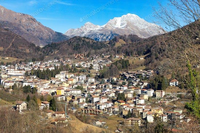 Blick auf das Dorf Serina im Brembana Tal Bergamo Ita