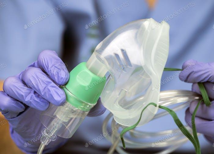 Krankenschwester bereitet Sauerstoffmaske in einem Krankenhaus, konzeptionelles Bild
