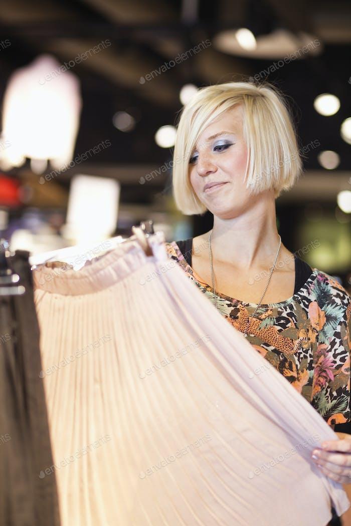 Glückliche Frau Blick auf Rock im Einkaufszentrum