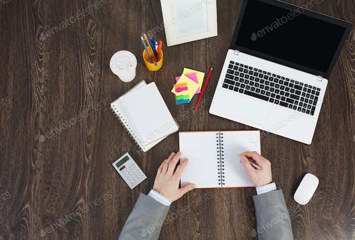 Büroarbeitsplatz mit Bürobedarf und Laptop
