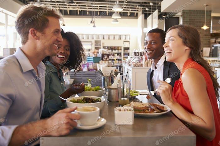 Groupe profitant d'un déjeuner d'affaires en épicerie fine