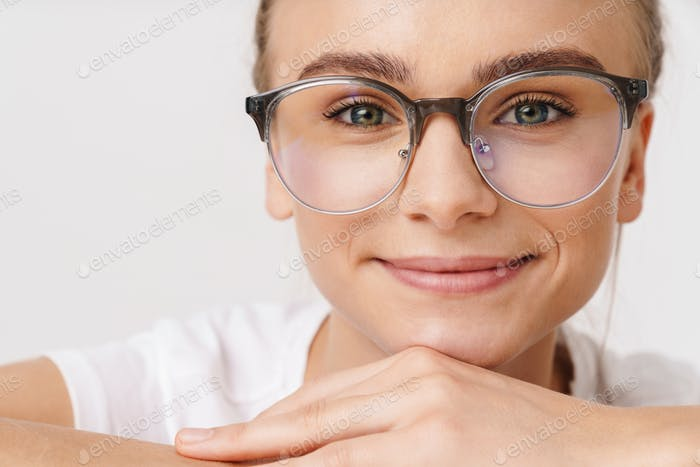 Photo of caucasian funny woman smiling while leaning on table