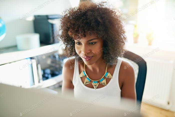 Mujer joven atractiva Trabajo en un Ordenador