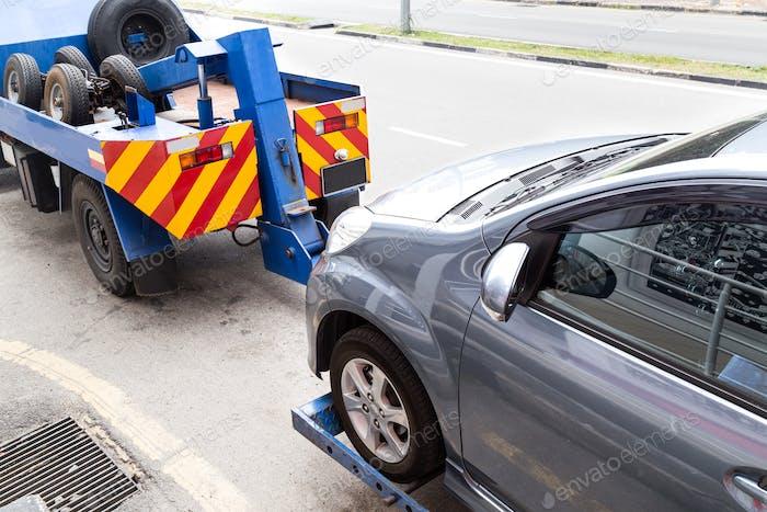 Abschleppwagen Abschleppen eines defekten Autos auf der Straße