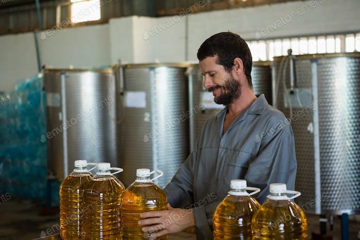 Arbeiter überprüft eine Dose Olivenöl in der Fabrik