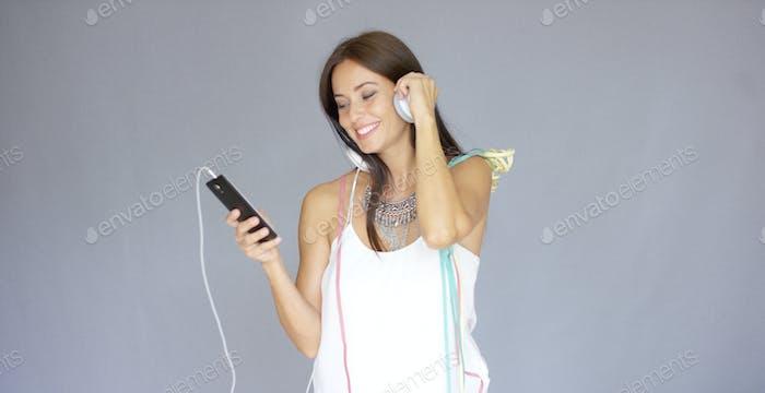 Junge Frau beim Neujahr Musik hören