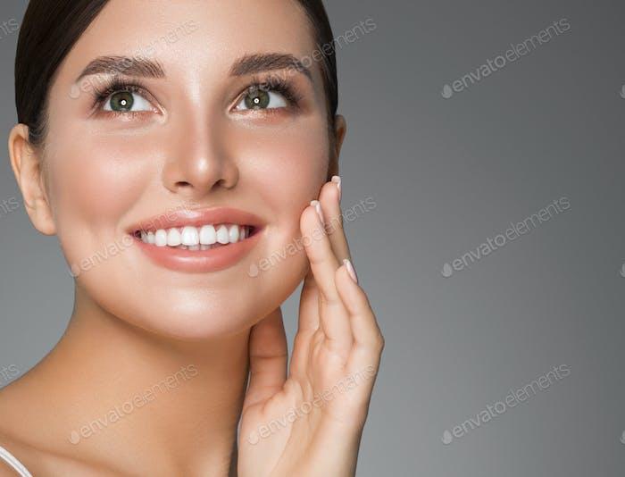 Belleza mujer dientes sanos sonrisa sana hermosa piel modelo cara cuidado de la piel feliz mujer