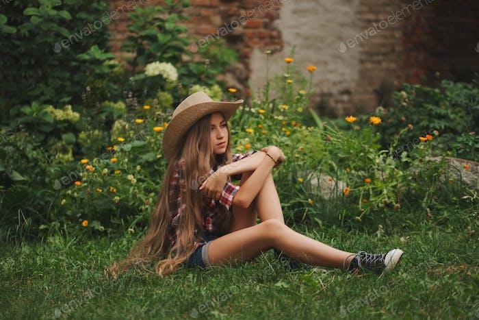 schöne junge Cowgirl mit langen Haaren