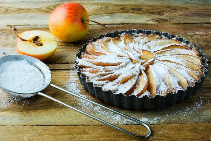 Tarta de manzana y azúcar en polvo