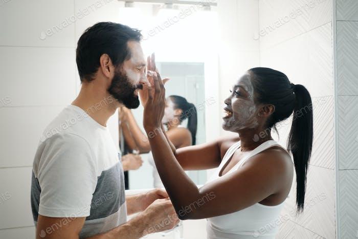 Frau Anwendung Beauty-Maske Und Hautreiniger zu Mann