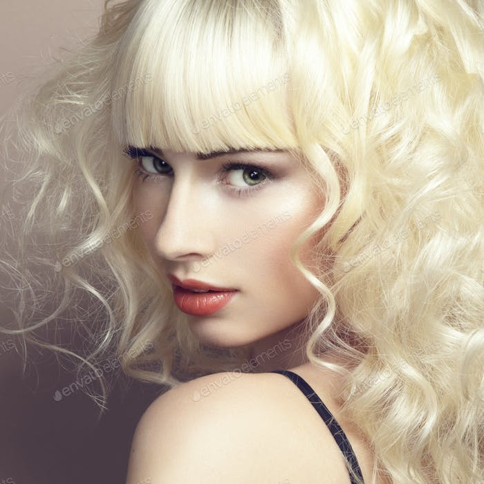 Vertical de hermosa joven rubia chica
