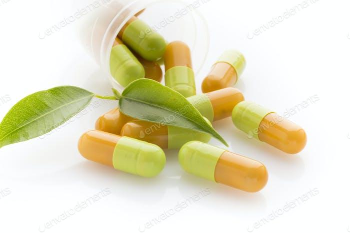 Natürliche Vitaminpräparate auf dem weißen Hintergrund.