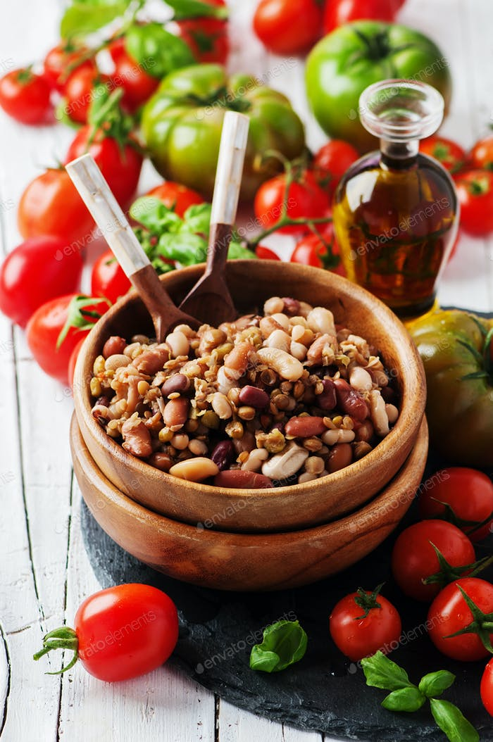 Gekochte Hülsenfrüchte auf dem Holztisch