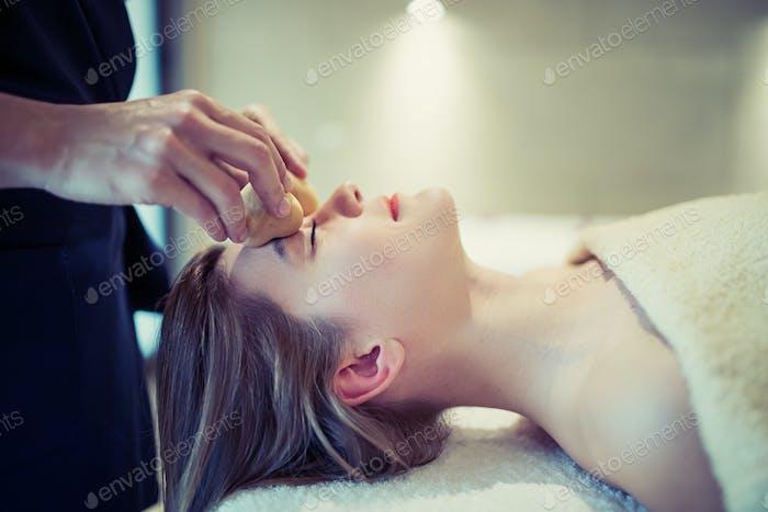 Entspannende Anti-Stress-Gesichtsmassage