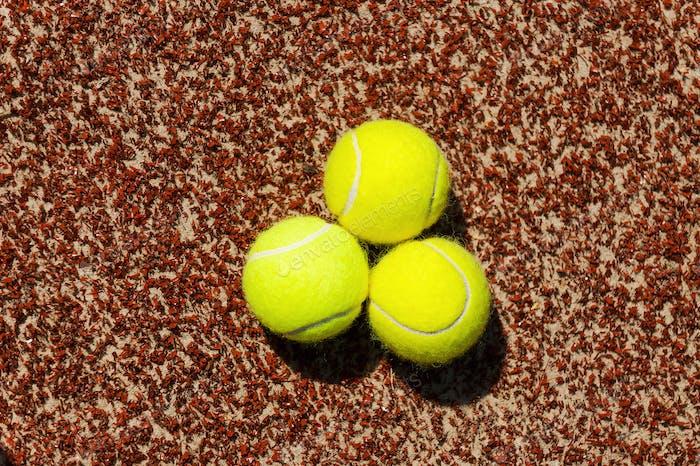 Tennisbälle Nahaufnahme von drei Tennisbällen, die auf dem Platz liegen