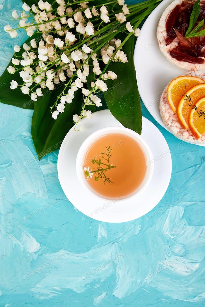 Breakfast tea, rice crispbread