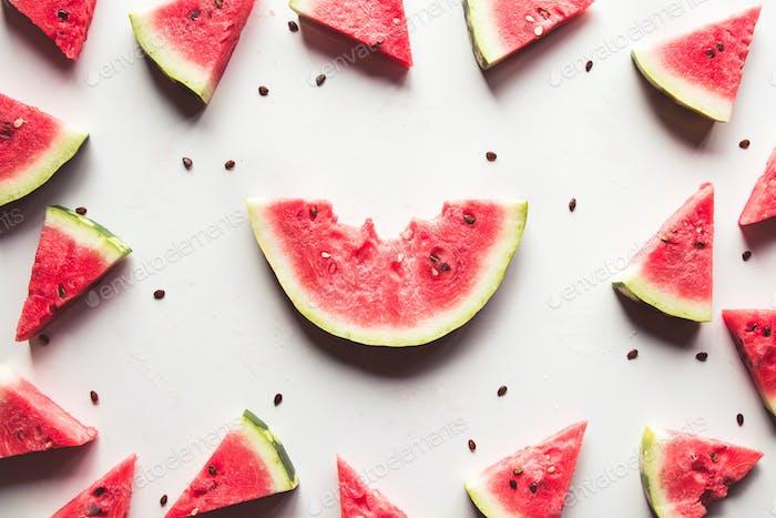 Wassermelonenmuster. Rote Wassermelone auf weißem Hintergrund. Sommerkonzept