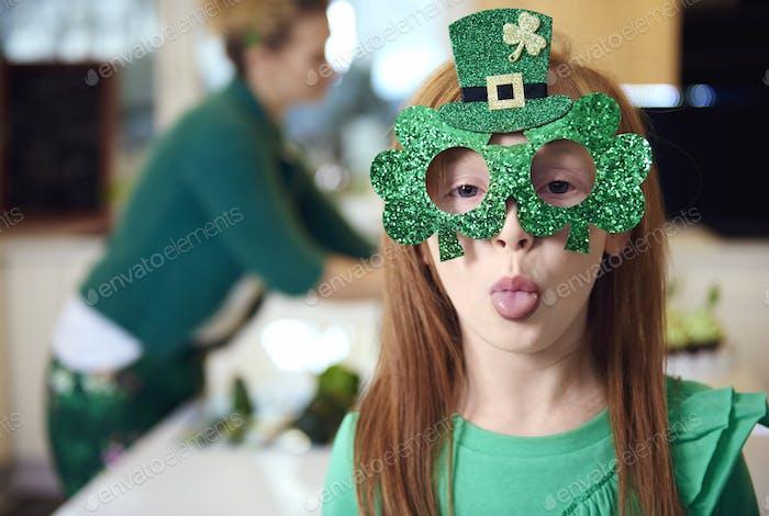 Porträt von verspielten Mädchen feiern St. Patrick's Day