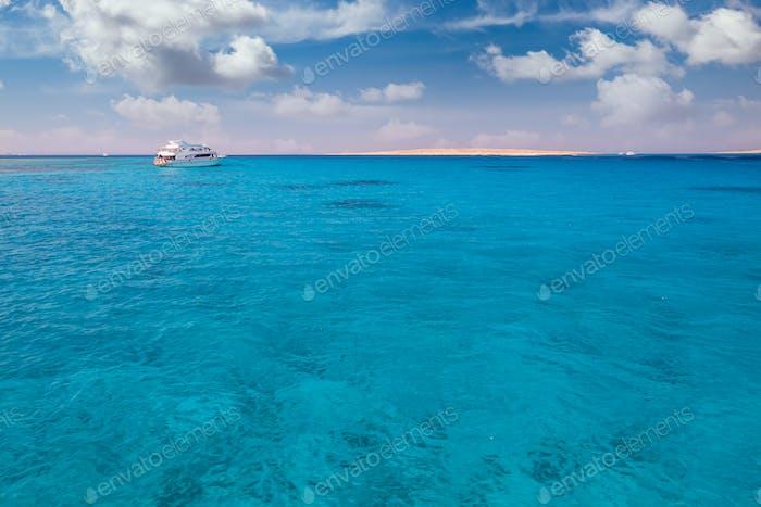 Cruise Yacht Bug in klarem Wasser in der Nähe eines Korallenriff. Rotes Meer, Ägypten