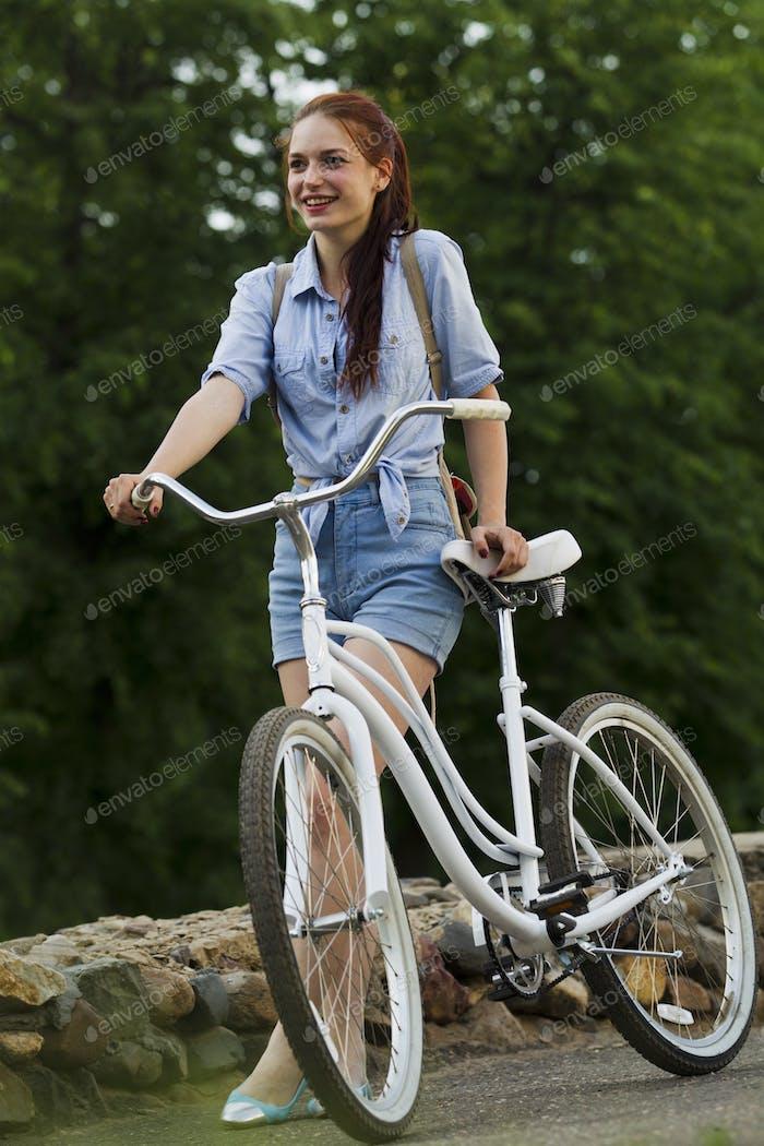 Mädchen und weißes Fahrrad