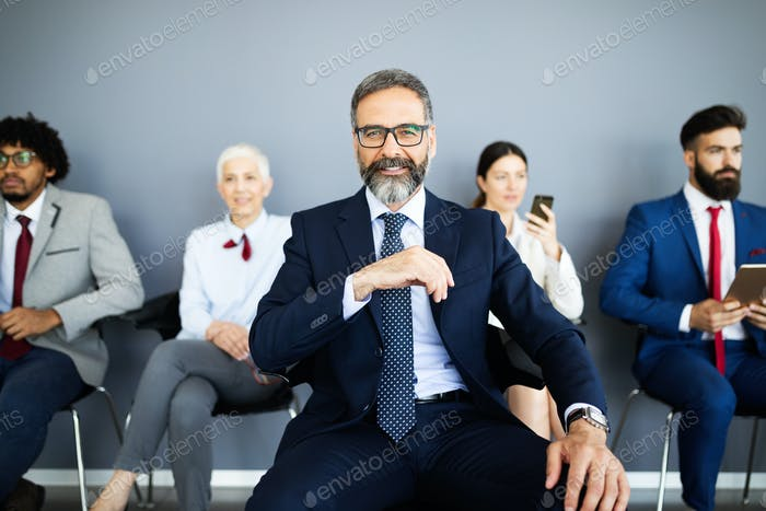 Gruppe von Geschäftsleuten mit Führer an der Front