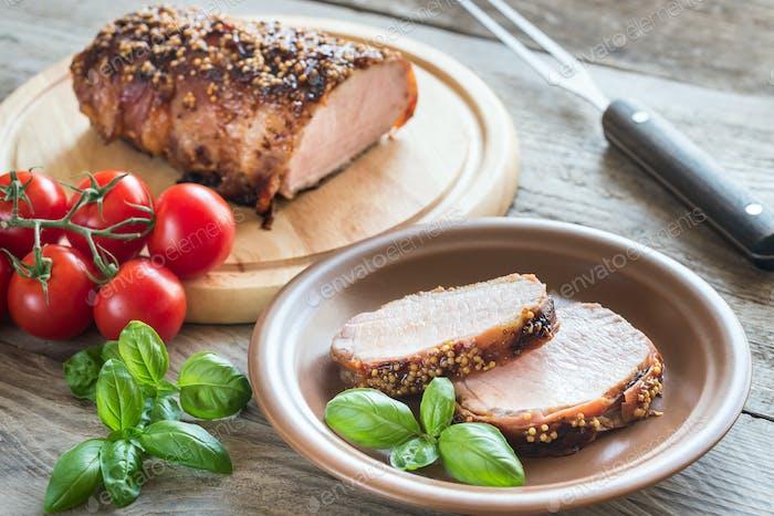 Gebackenes Schweinefleisch in Speck gewickelt