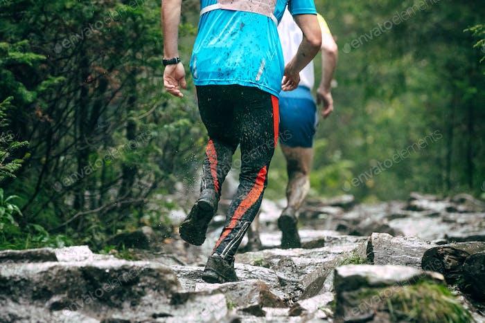 Läufer klettern bergauf