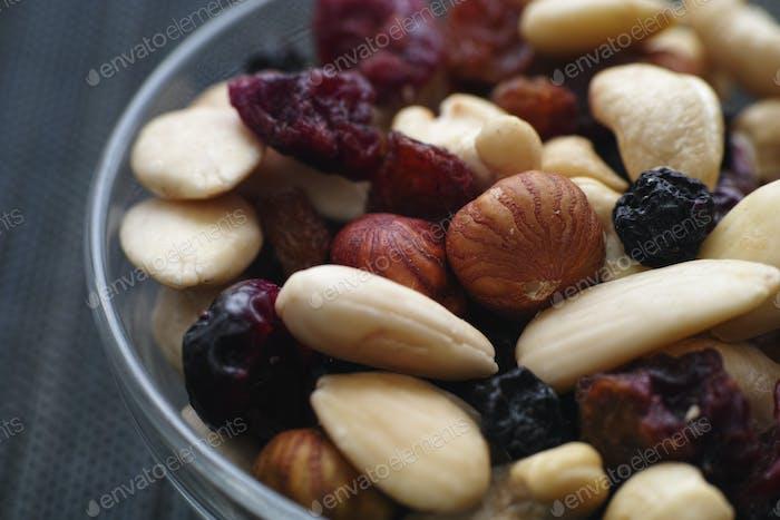 Trockene Nüsse und Beeren mischen