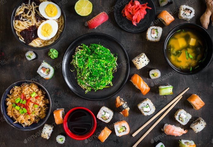 Tisch serviert mit Sushi und traditioneller japanischer Küche