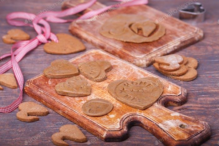 Herzförmiger Valentinstag-Lebkuchen. Concept Valentinstag.Grußkarte, Geschenk.