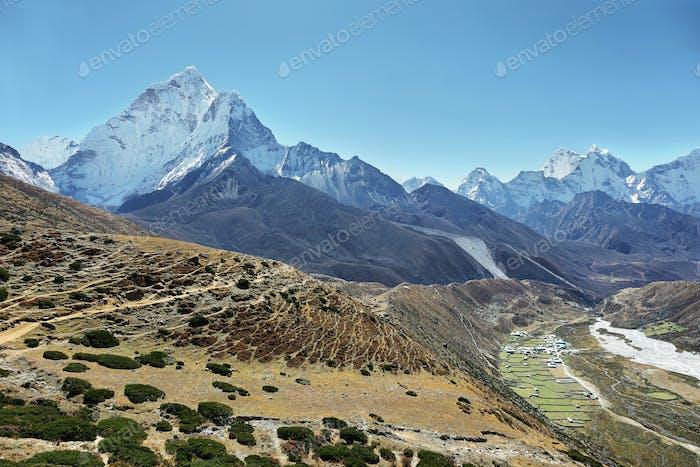 Blick auf die Berge von Ama Dablan und das Dorf Periche