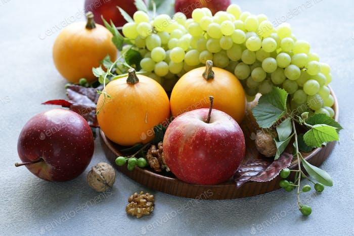 Früchte und Kürbisse