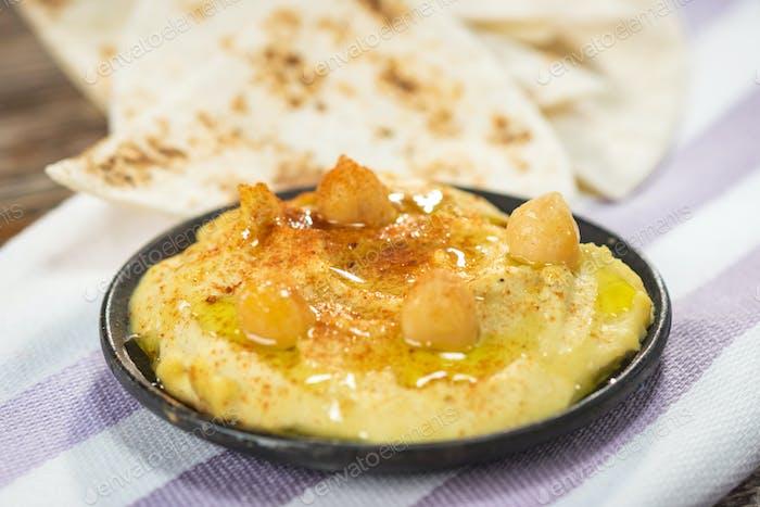 Hausgemachter Hummus mit Kichererbsen