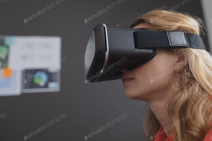 Seitenansicht der kaukasischen weiblichen Executive mit Virtual Reality Headset im Büro