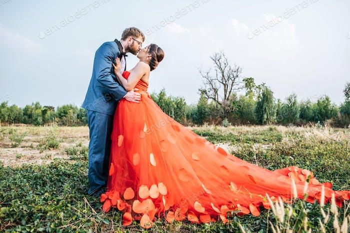 Braut und Bräutigam haben Romantik und glücklich zusammen