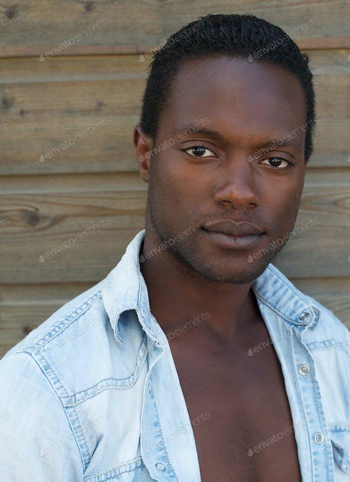 Attraktive Afroamerikaner Mann Blick auf die Kamera