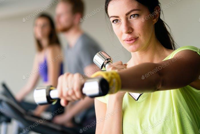 Imagen de cerca de Mujer en forma atractiva en gimnasio
