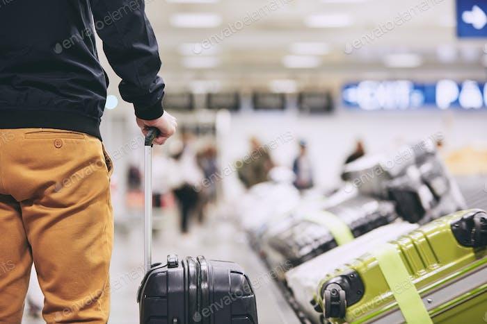 Hombre en la terminal del aeropuerto