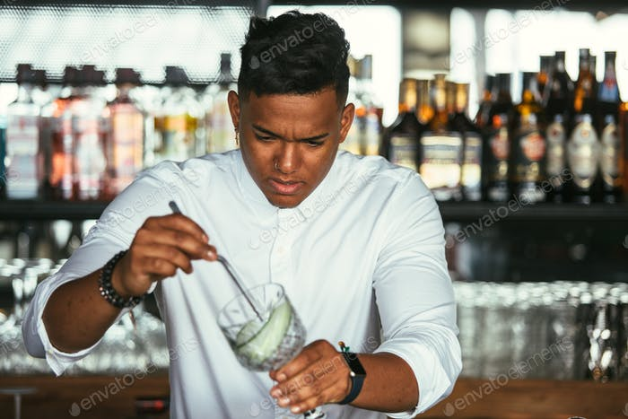 Expert Barkeeper bereitet Cocktail