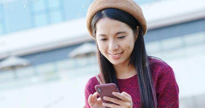 Frau überprüfen auf Handy in der Stadt