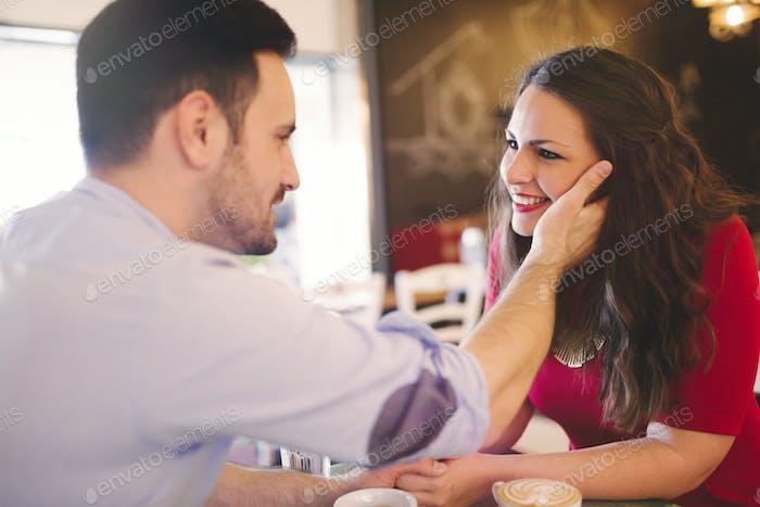 Fröhlich romantisches Paar flirten im Café