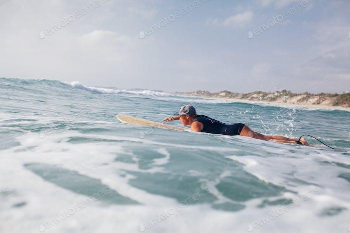 Frau Surfer Schwimmen im Meer