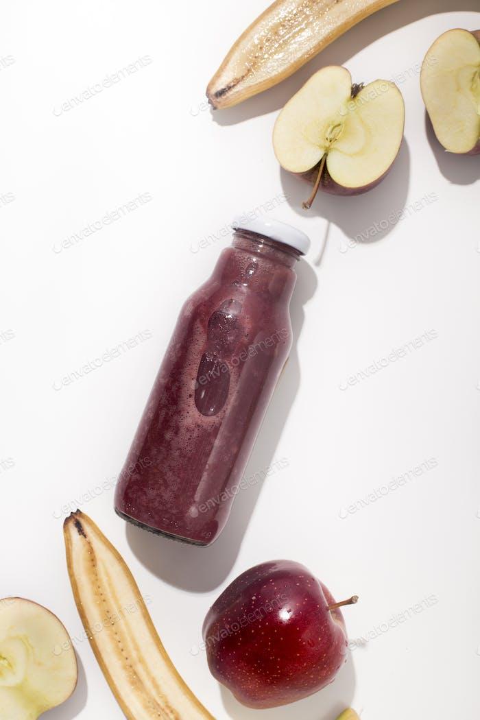 Roter gesunder Detox Cocktail von frischen Früchten für die Ernährung auf weiß