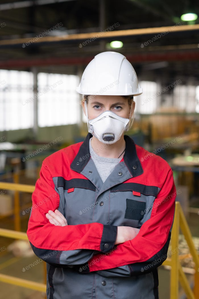Construction worker in respirator