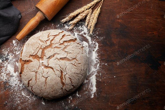 Hausgemachtes Brot auf Holztisch