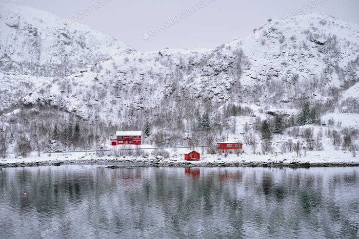 Rd rorbu Häuser in Norwegen im Winter