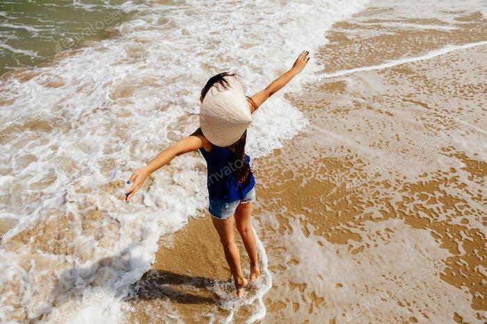 Frau entspannen am Strand in Asien