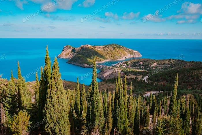 Blick auf die Halbinsel Assos und die Burg von Assos in Kefalonia, Griechenland