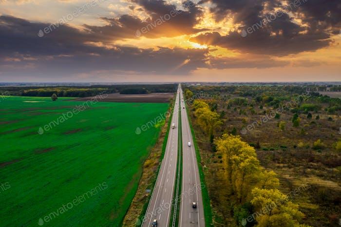 Luftaufnahme der Autobahn im Grünen bei Sonnenuntergang