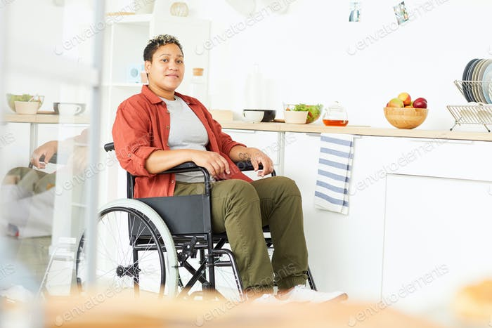 Frau mit Behinderungen